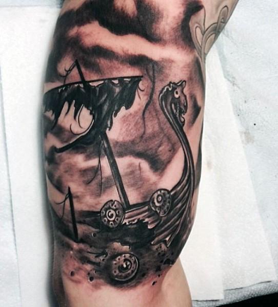大臂黑灰风格海盗船纹身图案