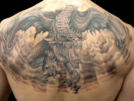 背部非常神奇的黑色邪惡龍紋身圖案