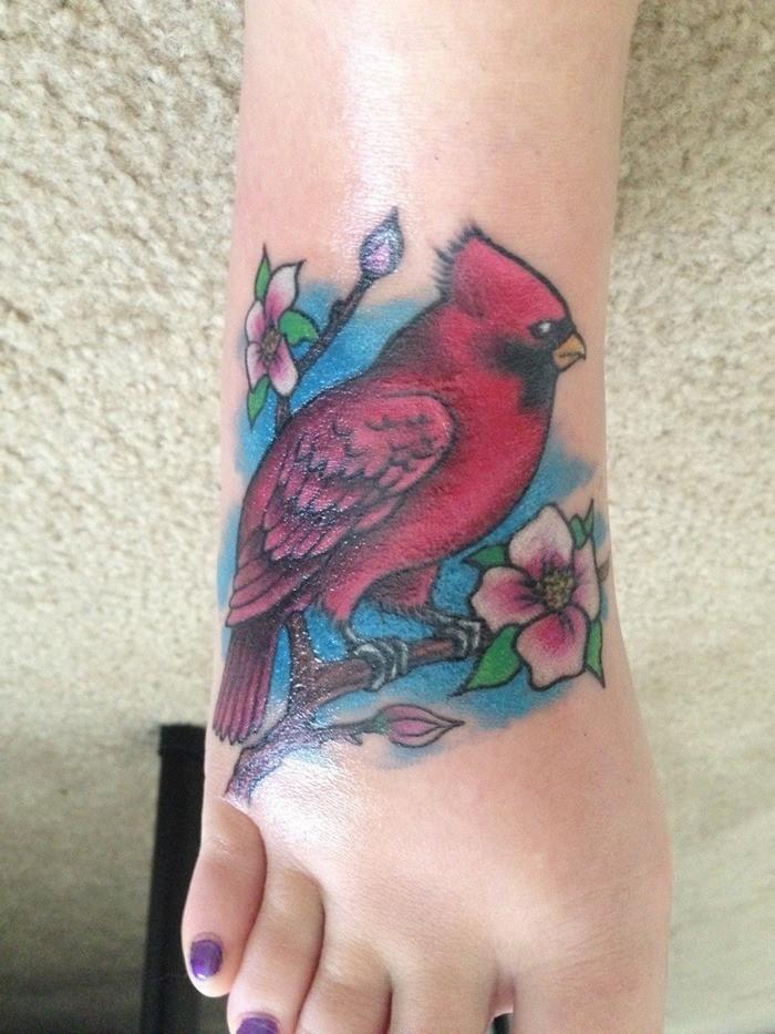 可爱的红色小鸟花朵纹身图案
