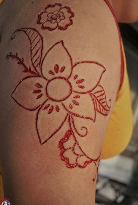 肩部割血皮膚劃痕的花卉紋身圖案