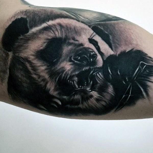 大臂令人印象深刻可爱的熊猫纹身图案