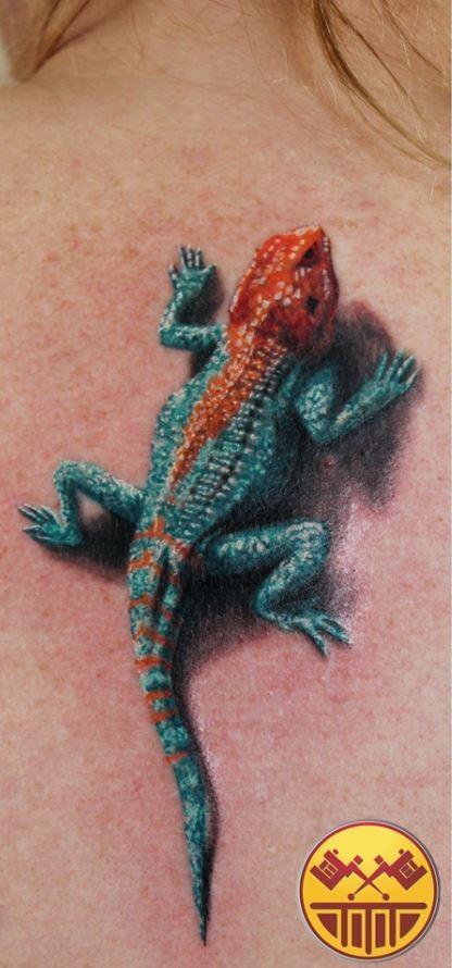 背部超逼真的寫實蜥蜴彩繪紋身圖案