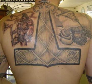 背部维京战士和锤子纹身图案