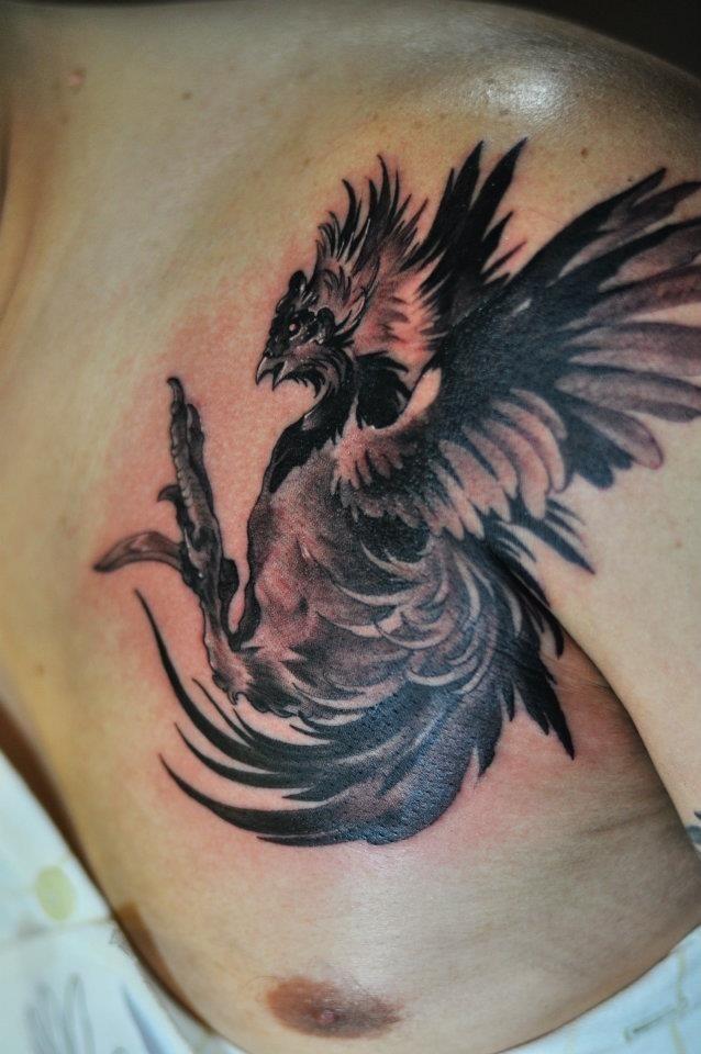 胸部黑色的公鸡纹身图案