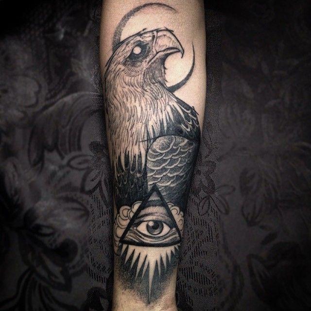 手臂黑灰鷹與神秘的眼睛紋身圖案