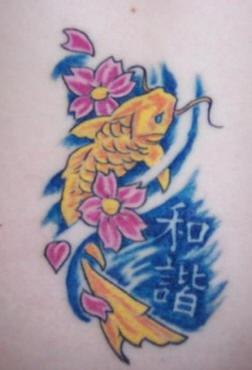 背部黃色的鯉魚和花朵漢字紋身圖案