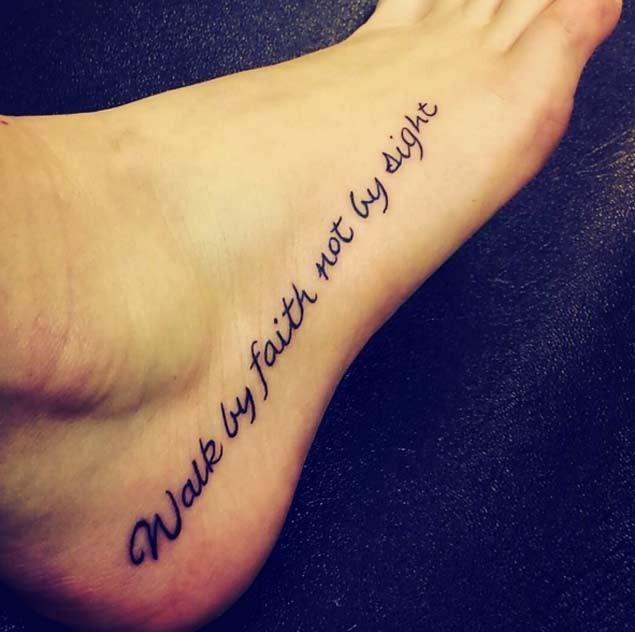 脚背黑色宗教字母纹身图案