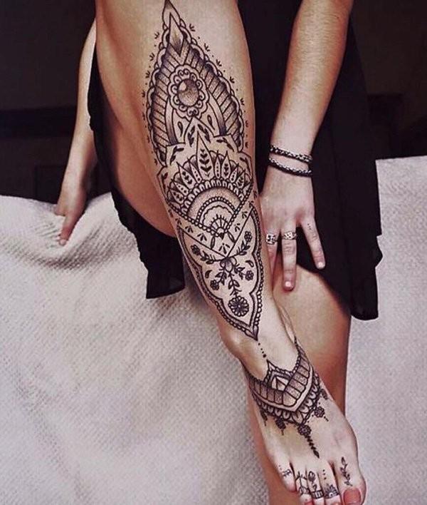 小腿梦幻般的黑色海娜花纹身图案