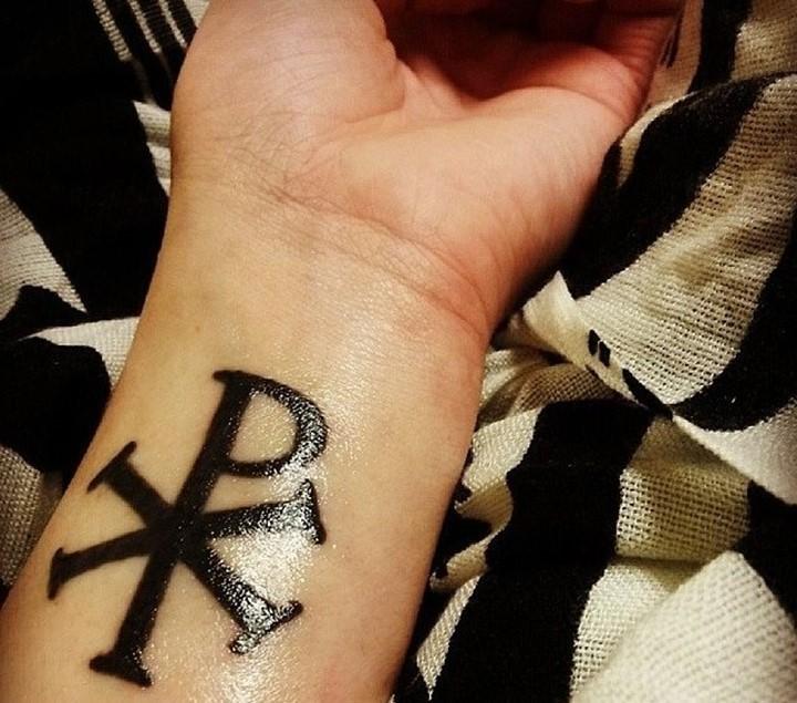 手腕深黑色的特殊基督教符号纹身图案
