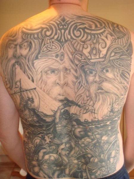 满背斯堪的纳维亚神和海盗战斗纹身图案