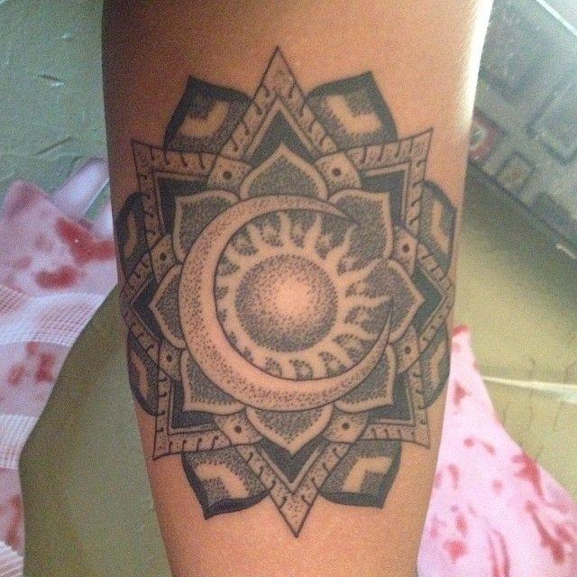 手臂美麗的曼陀羅花與太陽月亮紋身圖案