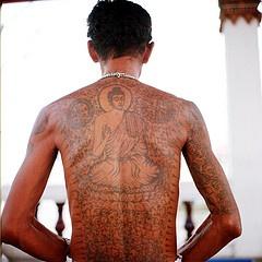 男性背部佛像纹身图案