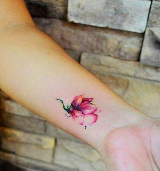 手腕美丽的水彩花卉纹身图案
