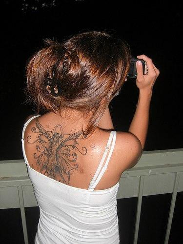 背部舞蹈的精灵与翅膀纹身图案