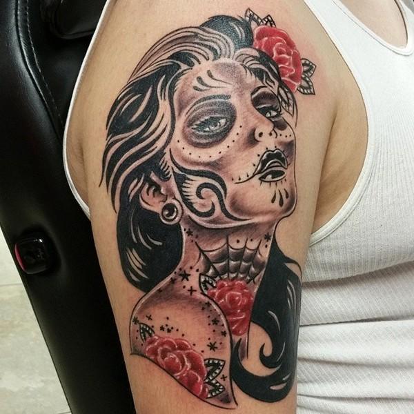 大臂黑色墨西哥女郎和红色花朵纹身图案