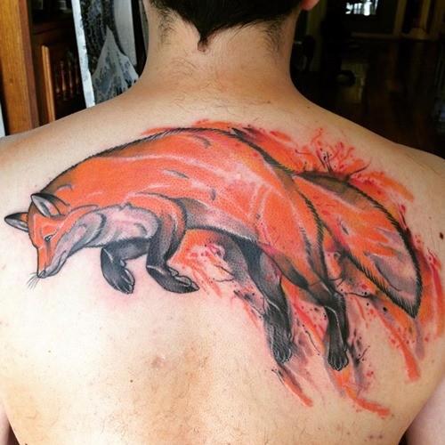 背部精彩的彩色狐狸纹身图案