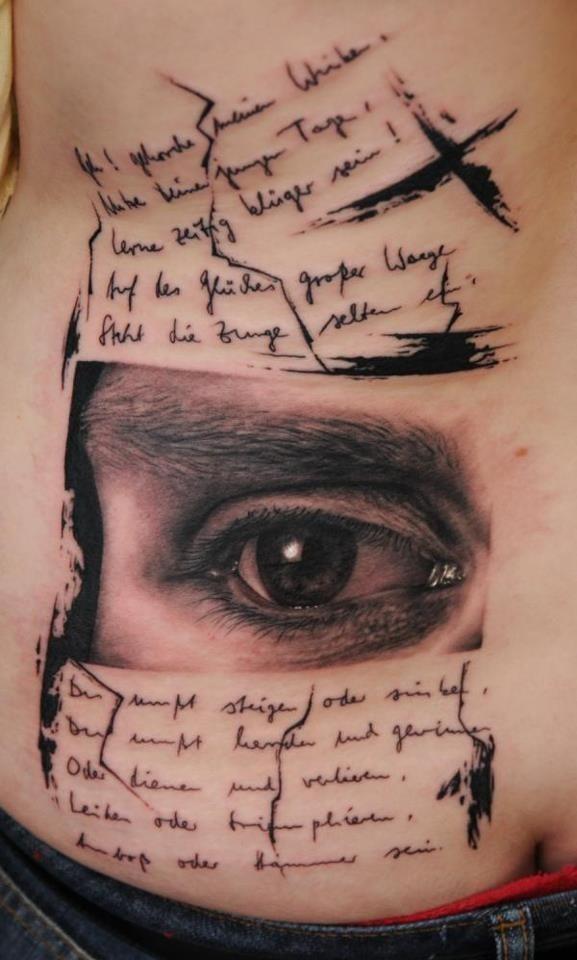 黑色英文字母與逼真的眼睛紋身圖案