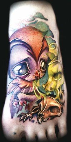 脚背漂亮的彩色小鸟与骷髅纹身图案
