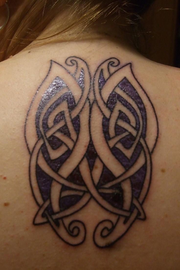 背部美麗的紫色凱爾特蝴蝶紋身圖案