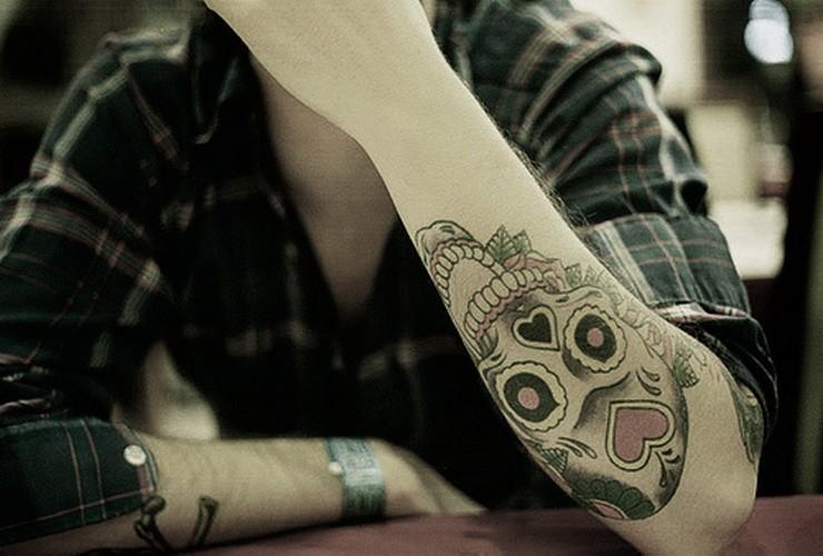 小臂有趣的骷髅和心形手臂纹身图案