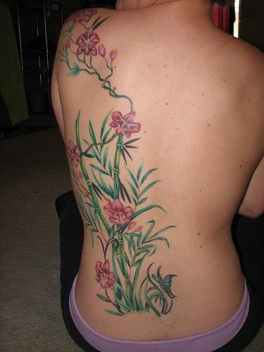 背部粉紅花朵與竹子紋身圖案