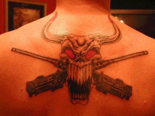 背部恶魔公牛骷髅和手枪纹身图案