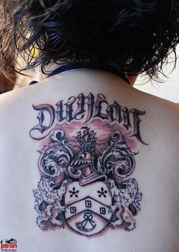 背部家庭徽章和字母纹身图案