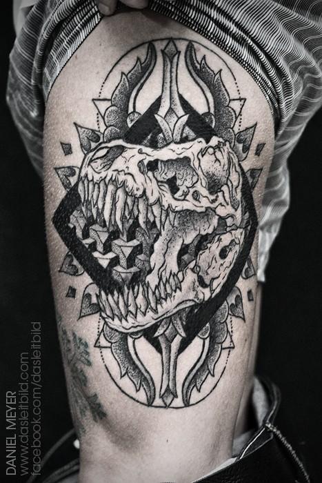 大腿old school黑色神秘恐龙头骨几何纹身图案