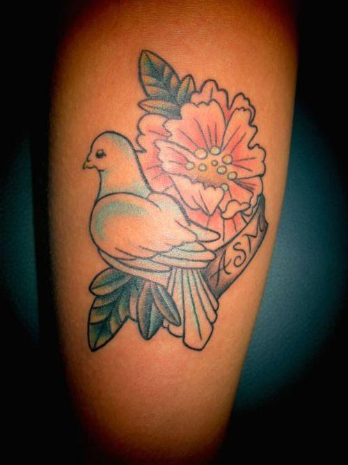 粉红花朵和鸽子字母纹身图案