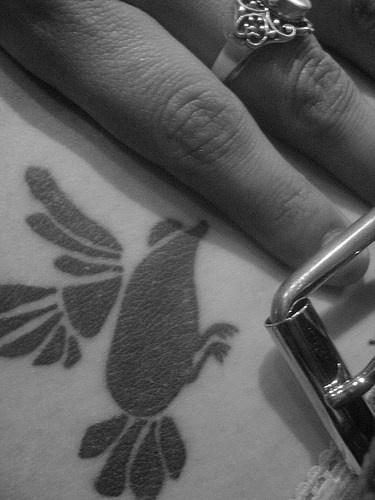 黑色奇怪的小鳥結合老鼠紋身圖案