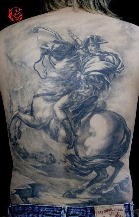 背部戰士與戰馬紋身圖案