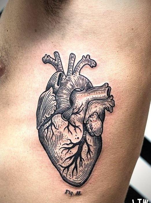 侧肋黑色线条心脏纹身图案