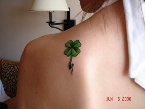 肩部绿色四叶草纹身图案