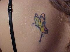 背部黃色的蝴蝶紋身圖案
