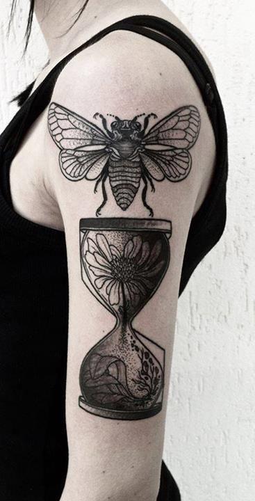 手臂昆虫和沙漏黑色纹身图案