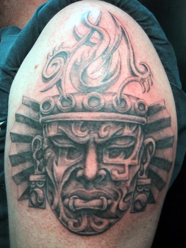 大臂黑灰部落风格人像个性纹身图案