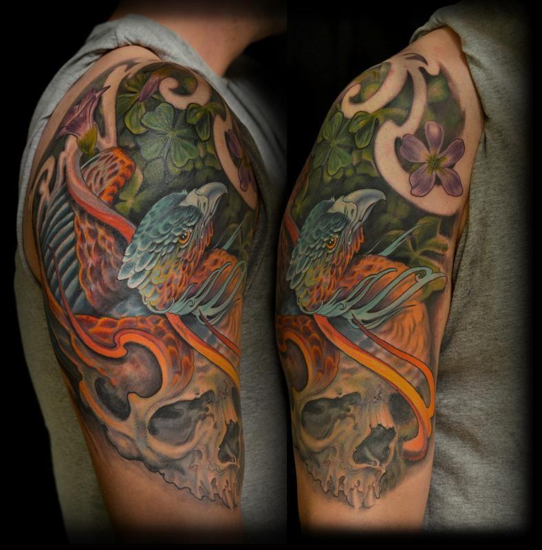 大臂彩色凤凰鸟和四叶草纹身图案