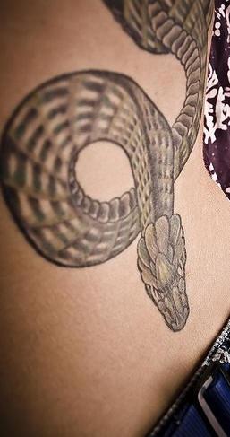 黑色的蛇纹身图案