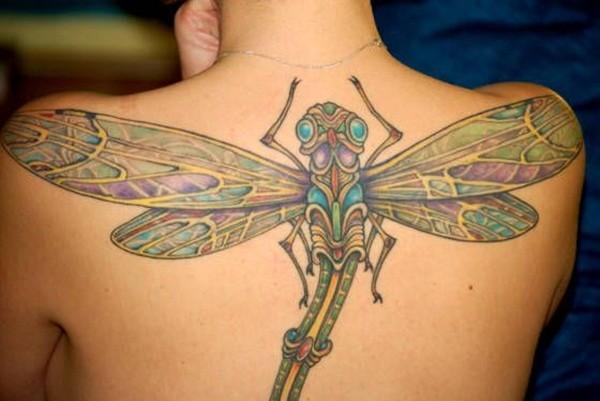 女孩背部的彩色蜻蜓纹身图案