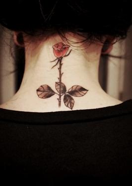 颈部艺术玫瑰纹身