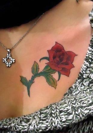 艺术玫瑰胸部纹身