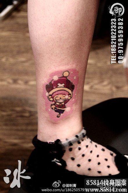 腿部可爱的卡通海贼王乔巴纹身图案